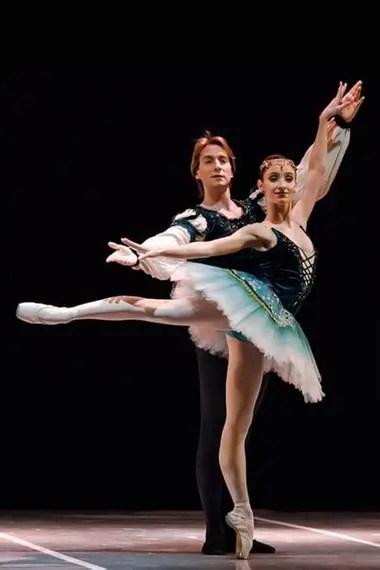 Federico Fernández y Camila Bocca, bailarines del Teatro Colón, en el pas de deux de