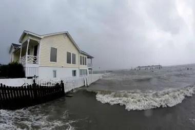 El huracán dejó inundaciones en su paso por Swansboro, Carolina del Norte