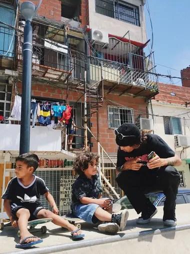 En diciembre pasado, de visita en el bowl de la escuelita de skate del Barrio 31, en Retiro