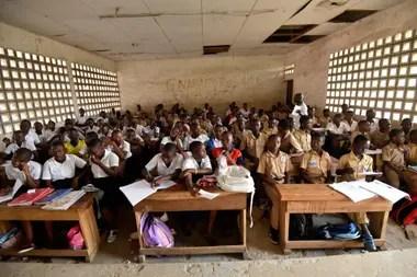 Un aula de la escuela Lycee Municipal Simone Ehivet Gbagbo, a la que asistía Laurent