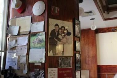 Las paredes de Toms, con una foto firmada por los protagonistas de Seinfield