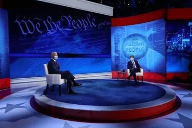 El candidato presidencial demócrata Joe Biden y el presentador jefe de ABC News, George Stephanopoulos, posan para fotografías al final de un foro en Filadelfia