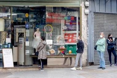 Filas para comprar productos en una librería porteña