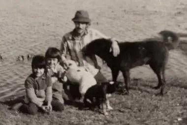 Hace 50 años, junto a su padre y su hermano en el tambo donde trabajaban