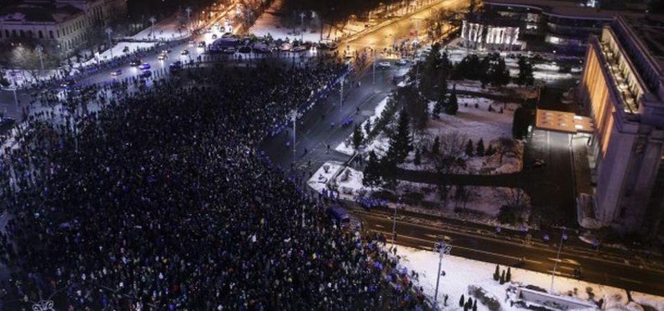 Politia le-a facut DOSARE PENALE tuturor celor care au filmat cu dronele protestul din Piata Victoriei!