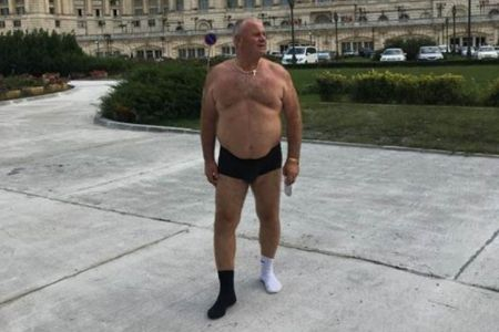 Cine ii voteaza pe astia?! Un lider ALDE s-a dezbracat in fata Parlamentului in semn de sustinere pentru Tariceanu!