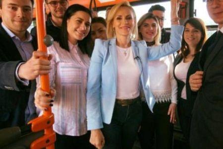 Gabriela Firea merge cu autobuzul doar cand trebuie sa pozeze de ochii lumii si este in direct la Antena 3!