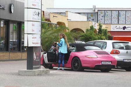 Cine este proprietarul Porsche-ului roz care face ravagii pe strazile Bucurestiului si de unde are banii?