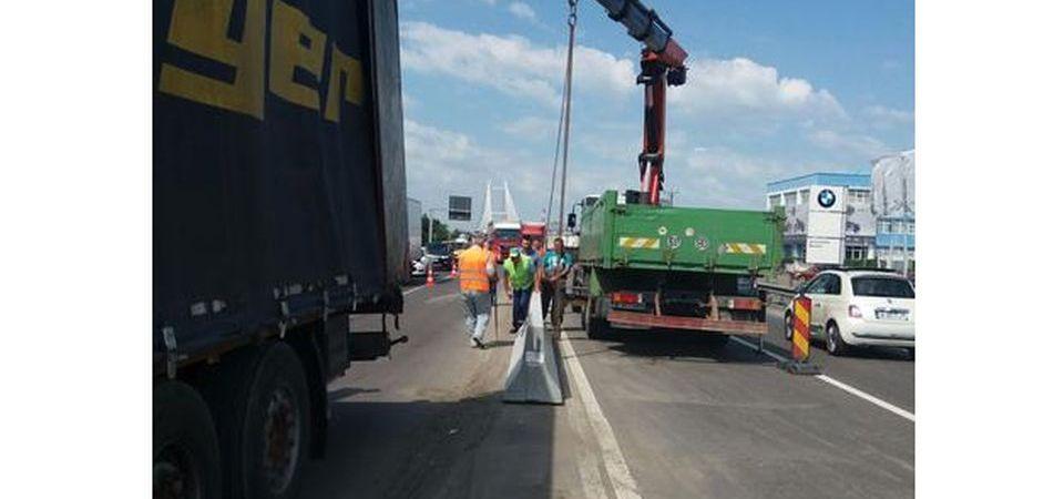 Atentie pe Soseaua de Centura, in zona Otopeni: Compania de Drumuri monteaza parapeti de beton!