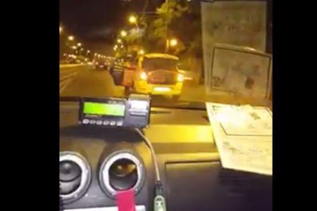 Sofer de taxi batut de un client nervos! L-a dat jos si i-a furat masina!