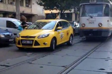 """VIDEO – Nesimtire de taximetrist in Bucuresti! A blocat o strada intreaga """"pe avarii""""!"""