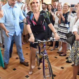 O fotografie cu Gabriela Firea pe bicicleta a devenit virala pe retelele de socializare