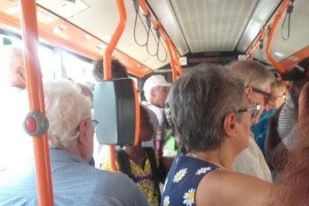RATB-ul promite ca va imparti sticle cu apa calatorilor care se lupta cu temperaturi inumane in autobuze!