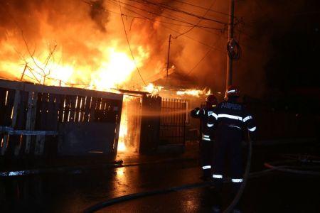 Incendiu urias in Sectorul 5: Pompierii au luptat cinci ore cu focul, care a distrus sase case!