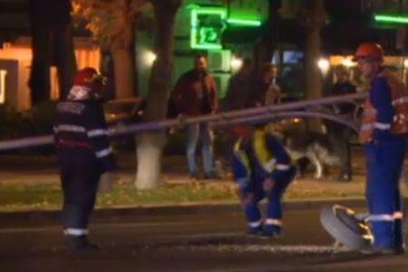 Accident pe bulevardul Aviatorilor: Doi stalpi au cazut pe carosabil!