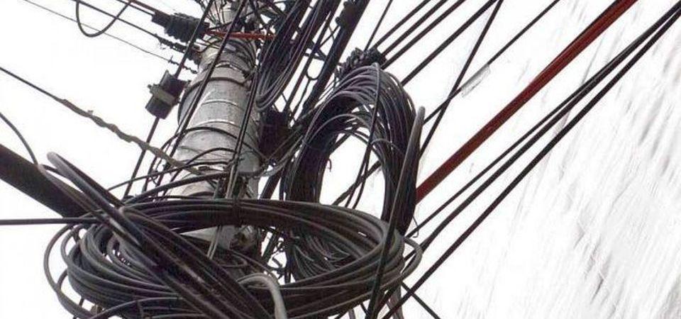 De ce stalpii din Bucuresti sunt inca plini de cabluri?