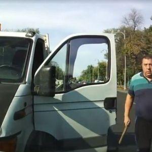 Un sofer circula pe contrasens, in Bucuresti, apoi sare cu bata la bataie cand e blocat!