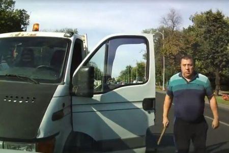 Video-Un sofer circula pe contrasens, in Bucuresti, apoi sare cu bata la bataie cand e blocat!