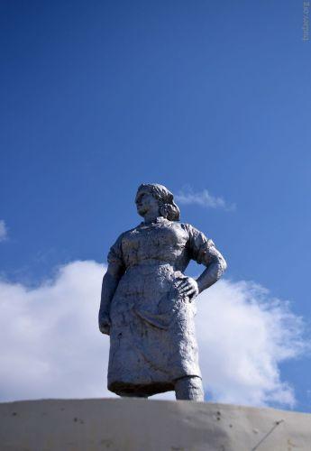 Гусиноозёрск. Статуя работнице угольной промышленности