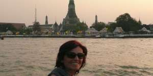 """Anasha in front of """"Wat ARUN"""" in Thailand... the Temple of Dawn"""