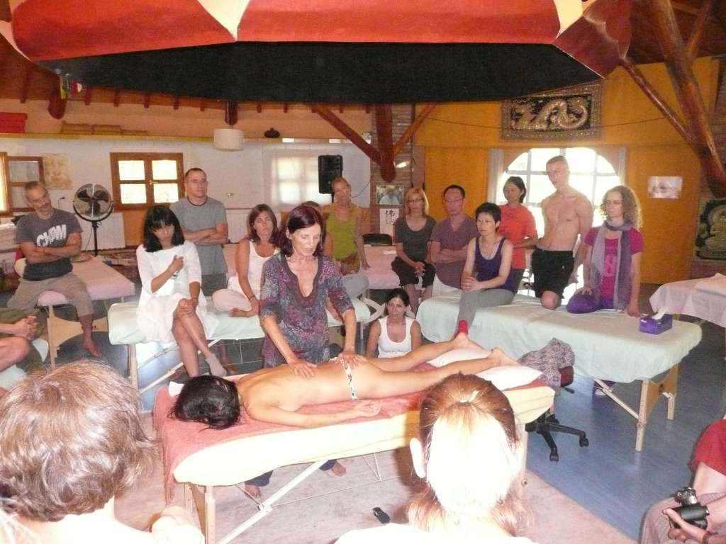 "Anasha teaching in Lalita ""how to watch and follow the natural breath"" while touching... ""Aliento de la Meditacion"""
