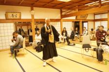 per i partiolarmente devoti, si può anche ascoltare un sermone tenuto dall'abate del tempio