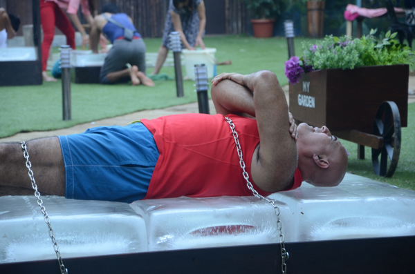 Puneet Issar during a task in Bigg Boss