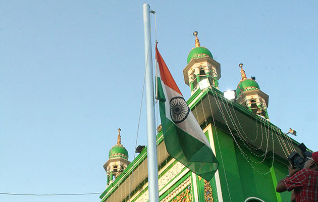 Indian national flag hoisted at Mahim Dargah with chants of Bharat Mata Ki Jay
