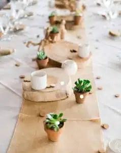 cheap des rondins de bois sur les tables pour une ambiance champtre et folk une ide nature et dco inspirante with ide dco mariage nature with ides dco bois