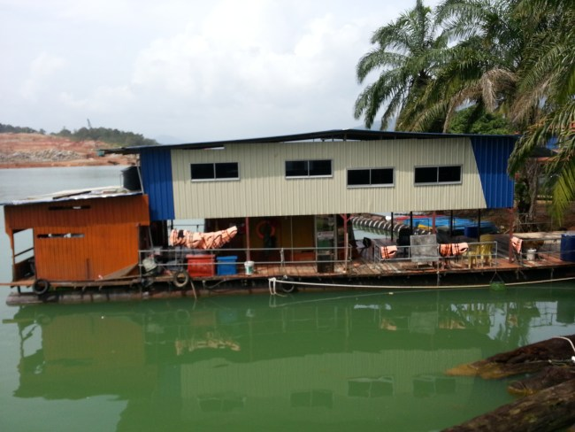 ONE OF THE MANY HOUSEBOATS AT JETI PENGKALAN GAWI