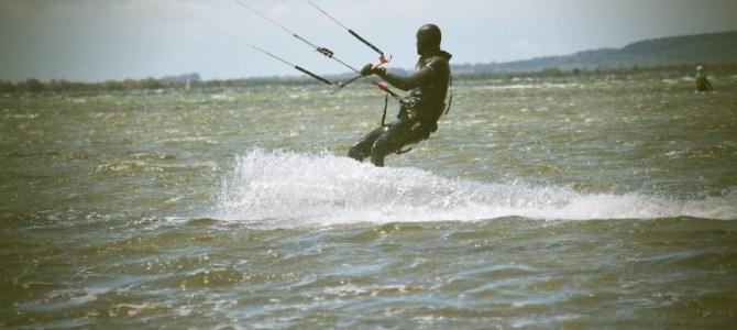 Mit Neoprenhandschuhen, Haube und Neoprenschuhen die Kitesaison verlängern