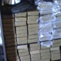 Вижте как изглеждат 320 кг кокаин, скрити в гардероб (видео)
