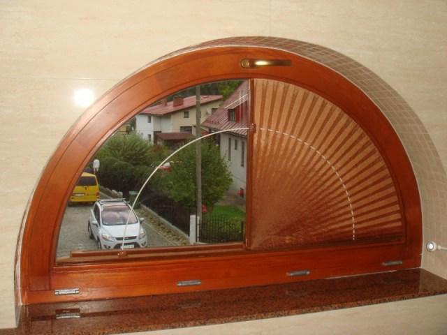 plisy w formie wachlarzy - półokrągły świetlik okienny z zamontowaną plisą