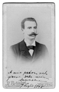 Benedetto Schiassi fotografato nel giorno della Laurea in Medicina e Chirurgia il 7 luglio 1895. La foto riporta una dedica autografa: «A mio padre nel giorno della mia laurea, 7 luglio 1895» (prop. Elena Brizio).