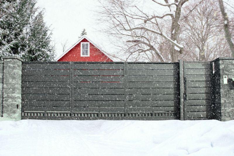Ogrodzenie i brama – jak je przygotować, by przetrwać zimę