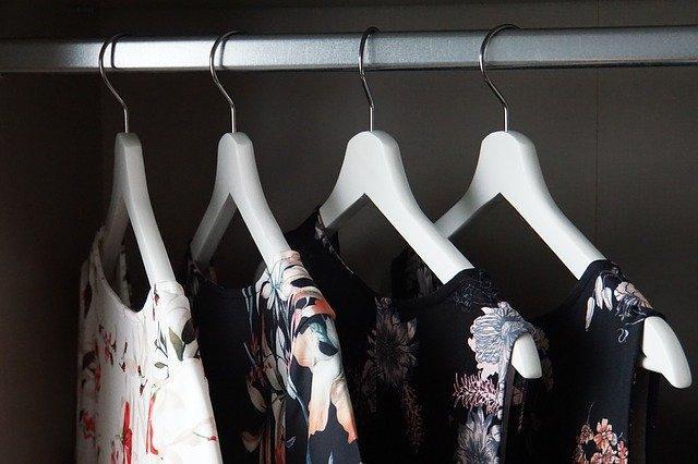 Dámské šaty na závěsech