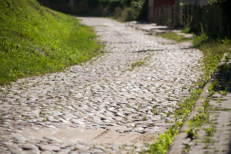 Адрэзак Падольнай вуліцы за Каталіцкімі могілкамі дагэтуль выкладзены камянямі