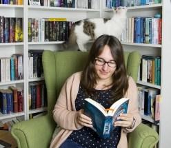 Buchbloggerin Bücherbrise vor dem Bücherregal