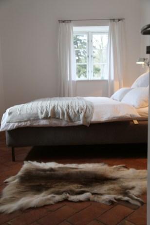 Aufgeschlagenes Bett im Schlafzimmer im Erdgeschoss