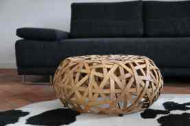Sofa und Couchablage passen zum Stil des Hauses. Der Fußboden ist im Winter beheizt.