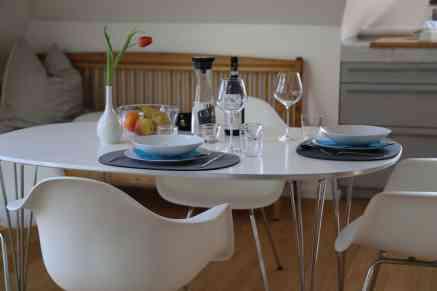 Gedeckter Tisch für ein Dinner zu zweit im Obergeschoss