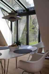 Bei der Gestaltung des Hauses haben Wert auf helles Ambiente gelegt: Glaserker im Obergeschoss