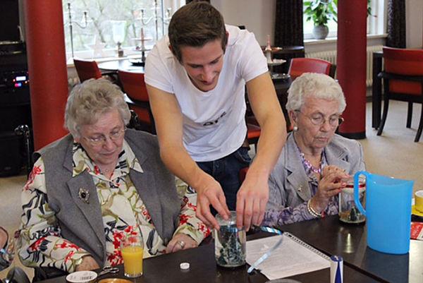 estudiantes y ancianos 600