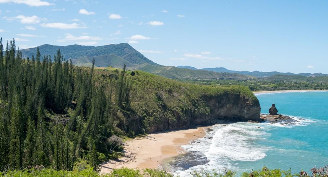 Bourail-baie-des-tortues-bonhomme-roche-percee