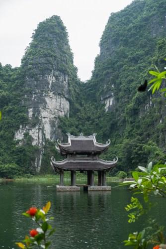 pagode sur l'eau trang An baie d'halong terrestre tam coc