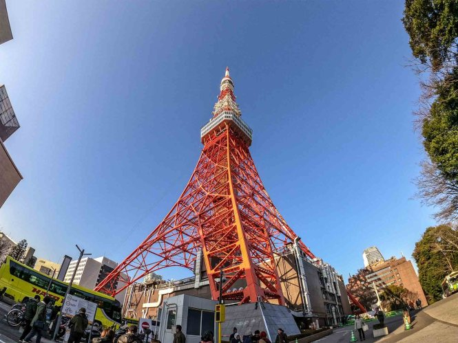 Tokyo-tower-pieds