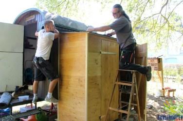 Fabi und Martin decken das Dach ein