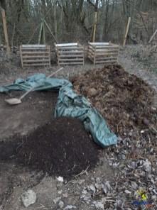 Die Zutaten für beste Bodenqualität: verrottendes Laub, Rindermist, lokal erzeugte Pflanzerde und etwas vom ersten eigenen Kompost.
