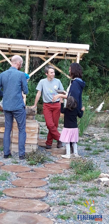 Birgit im Gespräch über Gemüseanbau auf kleinster Fläche