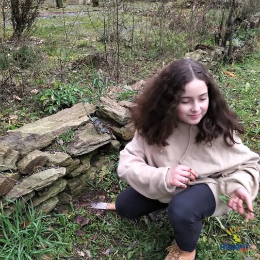 Ava bereitet den neuen Blühstreifen für die Einsaat vor